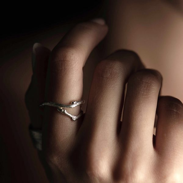 Single twig ring, minimalistic and styled with casual bag
